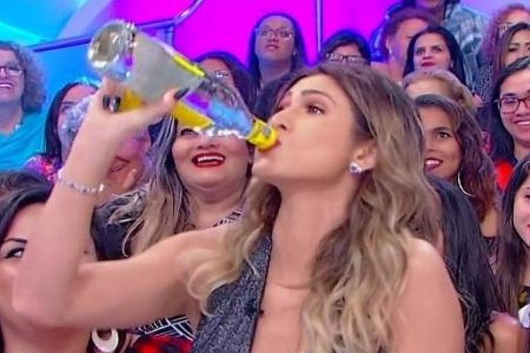 Livia Andrade bebe cachaça no programa de Silvio Santos