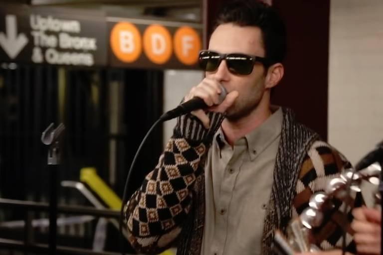 Maroon 5 faz show fantasiado no metrô