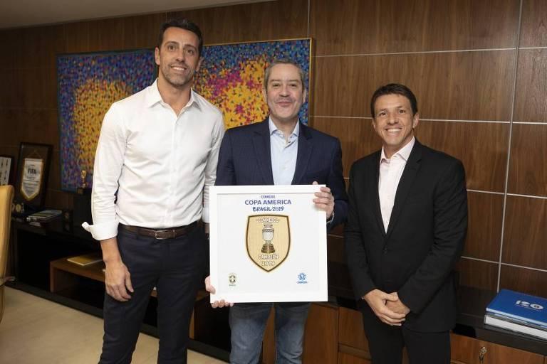 Da esquerda para a direita: Edu Gaspar, Rogério Caboclo e Juninho Paulista com placa da Copa América de 2019