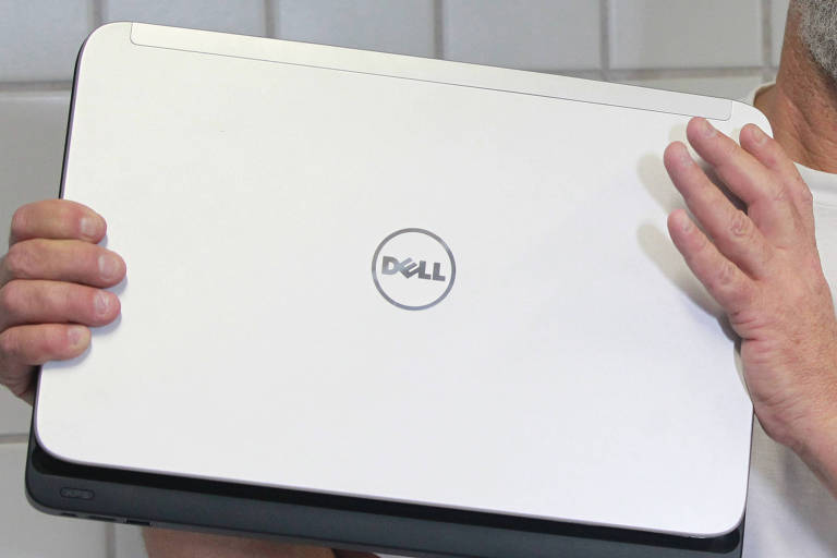 Corretor de imóveis solicita a substituição do equipamento, pois diz que há falhas no teclado, software e carregador
