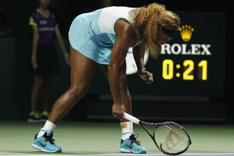 Serena Williams destrói sua raquete em quadra durante o WTA Finals de 2014, em Singapura