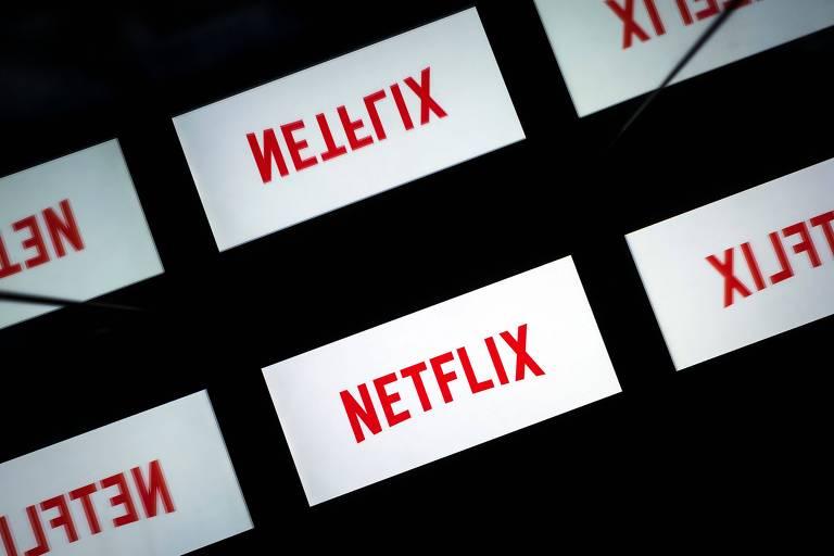 Na foto há várias telas com o logo da Netflix, em alguns casos escrito normalmente, em outros escrito com as letras ao contrário