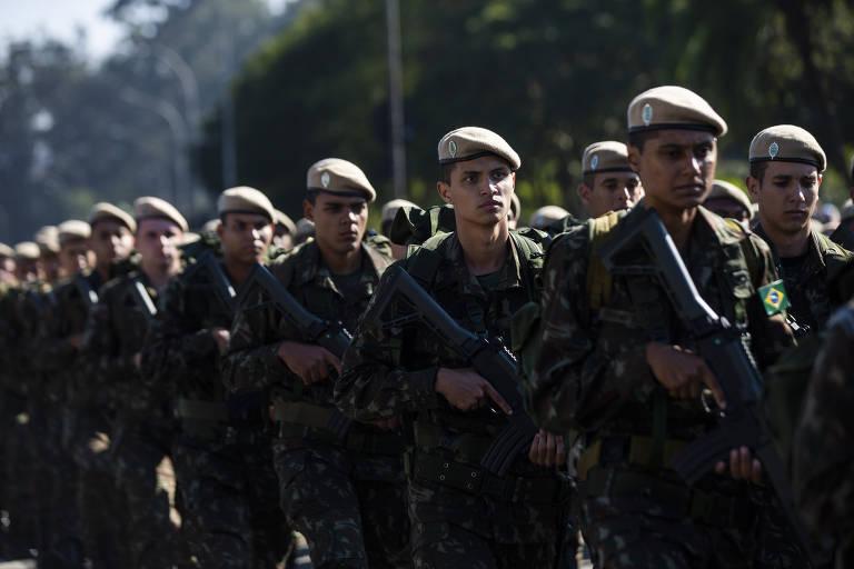 Militares durante desfile