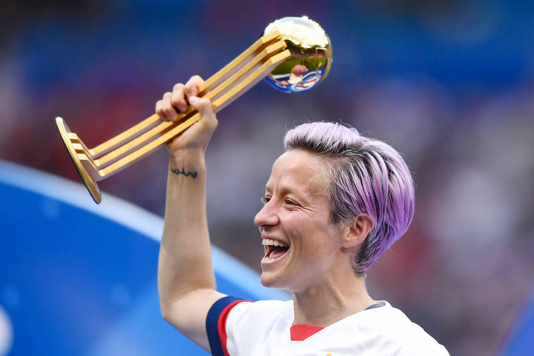 Megan Rapinoe, dos EUA, posa com a Bola de Ouro ao final da Copa do Mundo na França
