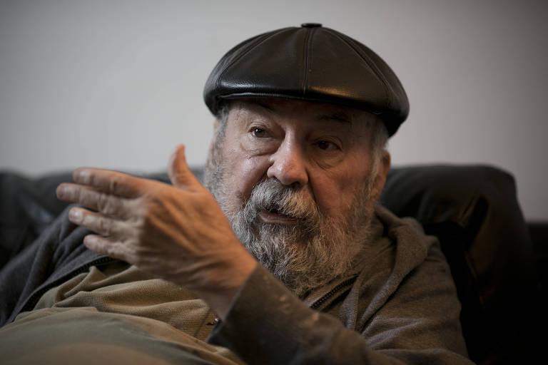 O sociólogo Francisco de Oliveira com braço levantado