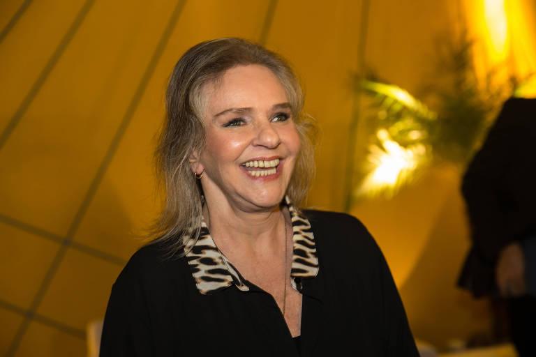 Cantora carioca Angela Ro Ro posa para foto no Prêmio da Música Brasileira, no Theatro Municipal do Rio de Janeiro, em junho de 2016. Ela veste uma camisa preta e sorri abertamente, mostrando os dentes
