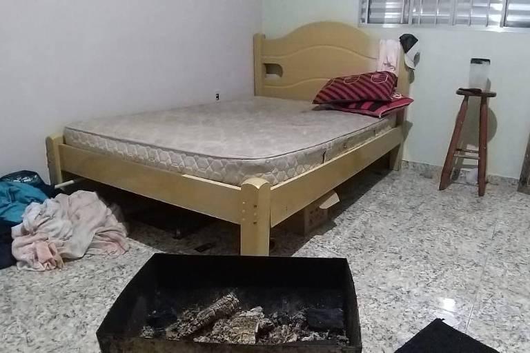 Churrasqueira com carvão queimado em quarto de família em Guarulhos, na Grande SP