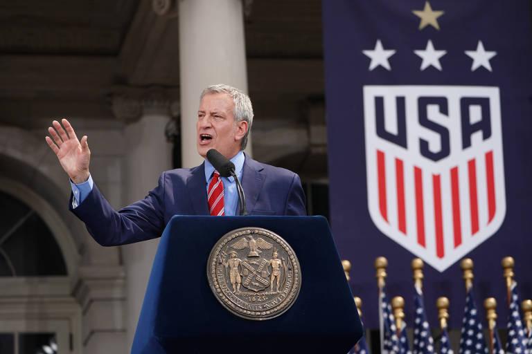 O prefeito de Nova York, Bill de Blasio, discursa durante o evento