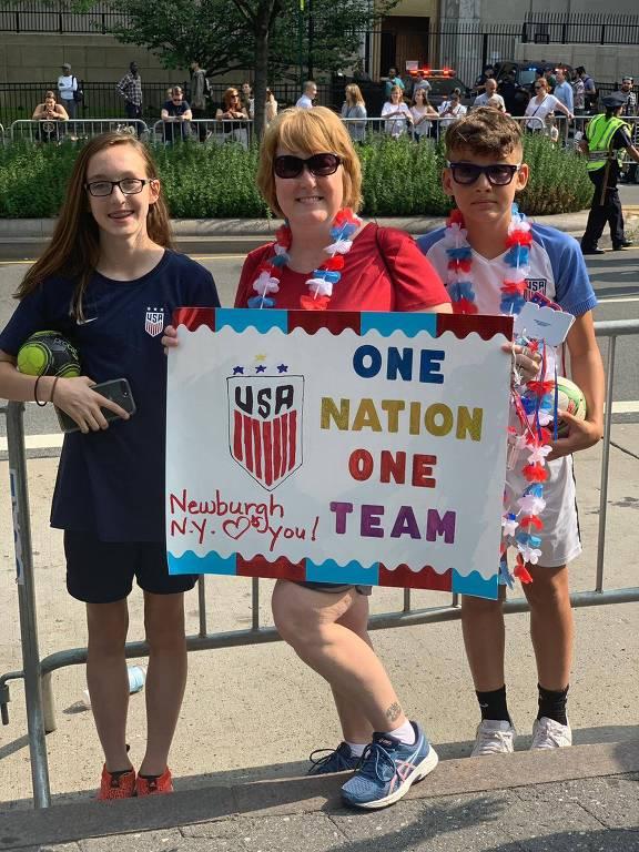 Deb Frederick, 49, que levou os filhos, Riley e Jack, ambos de 13 anos, para assistirem à parada.