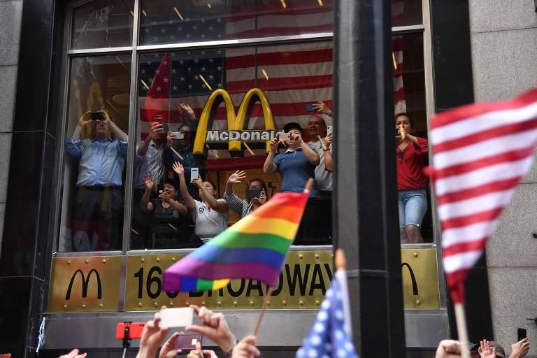 Não foi só a bandeira dos Estados Unidos que marcou presença: diversas pessoas levaram bandeiras de cores que representam o orgulho LGBT