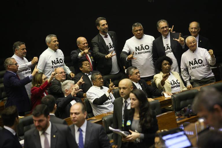 Deputados de oposição vestem camisetas contra a reforma durante a discussão da reforma