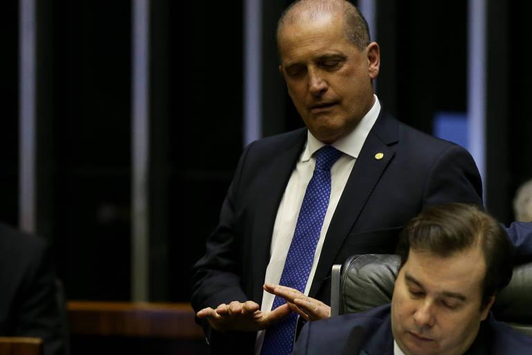 Ministro Onyx Lorenzoni (Casa Civil), que está licenciado para votar pela reforma, atrás de Rodrigo Maia, no plenário da Câmara