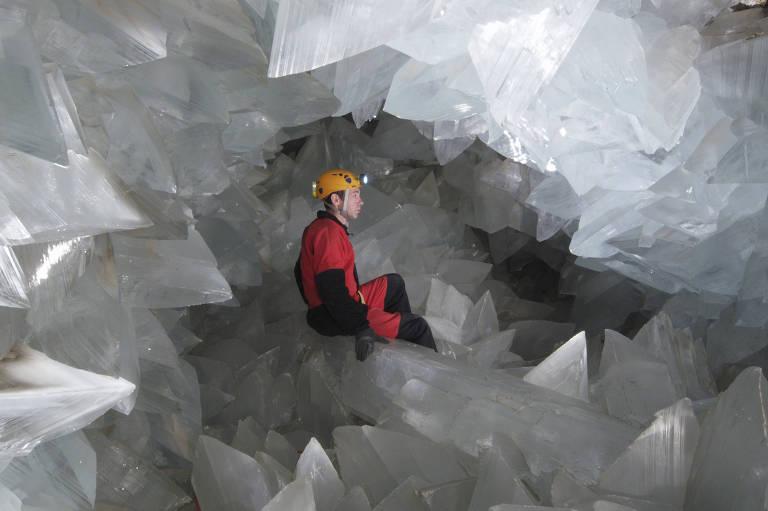 Pesquisador dentro do geodo de Pulpí, na província de Almería, na Espanha