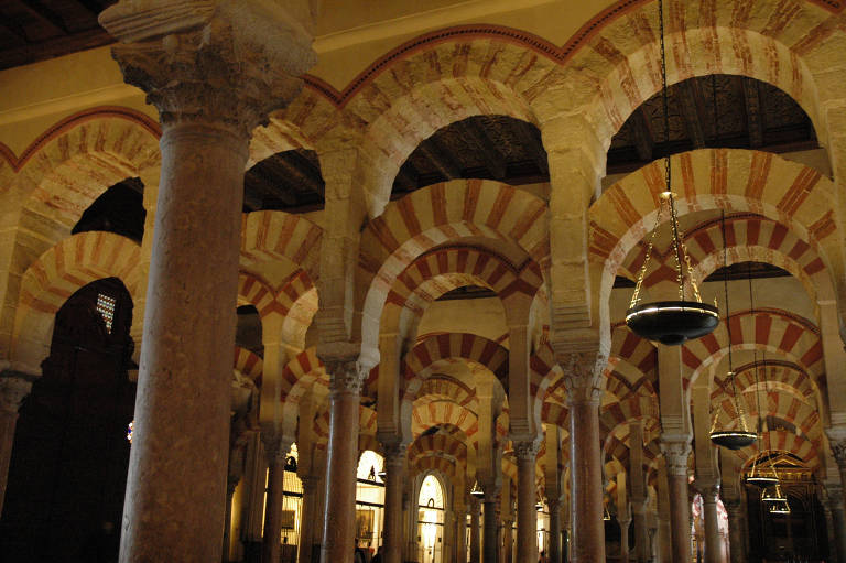 Interior da Mesquita-Catedral de Córdoba, com colunas em branco e terracota, na Espanha