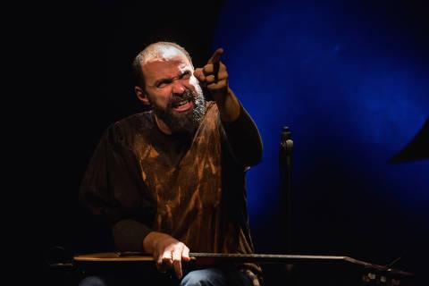 O ator Pedro Sá Moraes interpreta 15 personagens no monólogo 'A Paixão de Brutus', adaptação de 'Júlio César', de William Shakespeare
