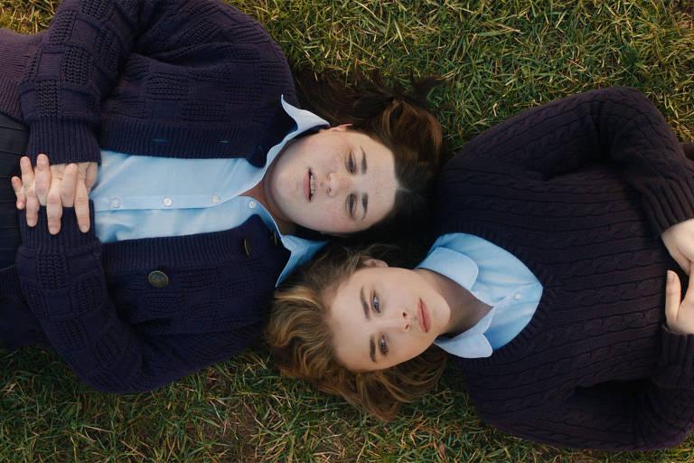 duas meninas deitadas na grama