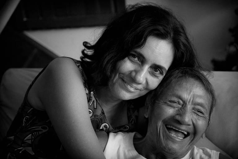 A antropóloga Aparecida Vilaça ao lado de Paletó, seu pai indígena