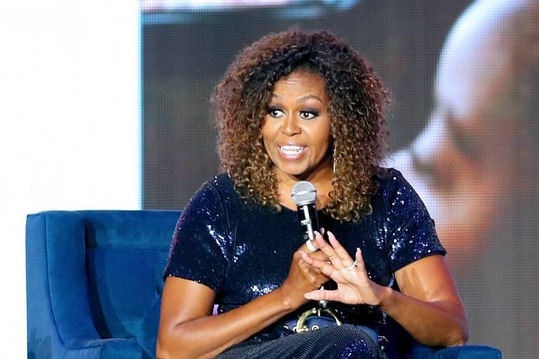 Michelle Obama aparece com cabelos naturais nos EUA