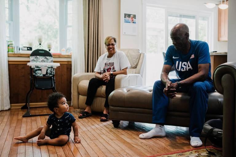 Allie com seu neto e sua esposa, Jackie, em sua casa em Pittsburgh