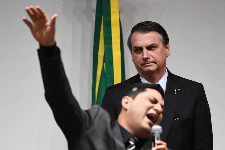 O presidente Jair Bolsonaro escuta discurso de pastor evangélico no Congresso