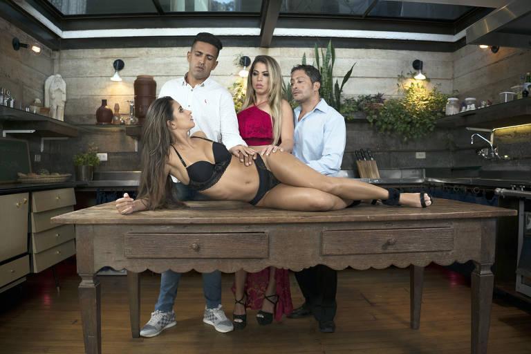 """Cena de """"Sexo Gourmet"""", filme do selo Sexy Hot com Tony Tigrão (esq.), Manu Fox, Erick Fire e Safira Prado (na mesa)"""