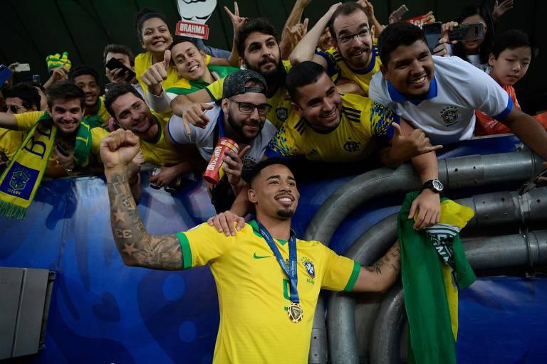 Gabriel Jesus comemora com torcedores a conquista do título da Copa América contra o Peru