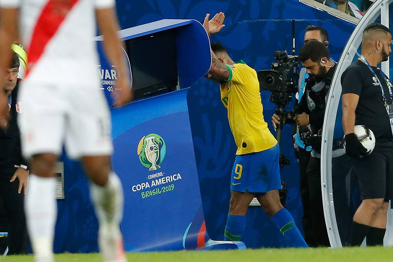 Expulso, Gabriel Jesus soca local reservado ao VAR no Maracanã durante a final da Copa América