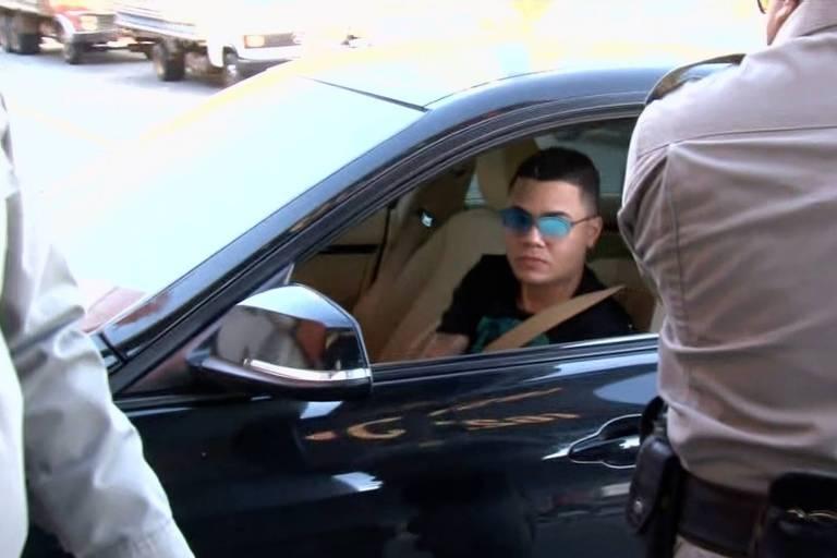 O cantor Felipe Araújo durante abordagem policial em avenida de Goiânia