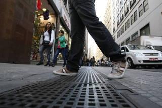 Pedestres sofrem em caladas sem espao, esburacadas e sujas