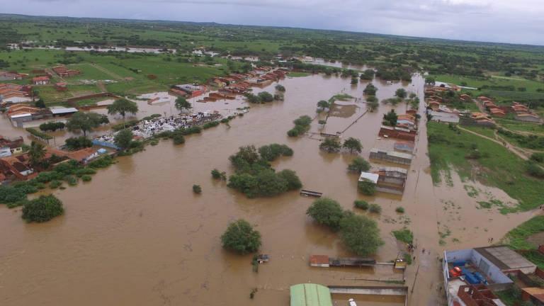 Barragem rompe na Bahia e famílias são retiradas de suas casas