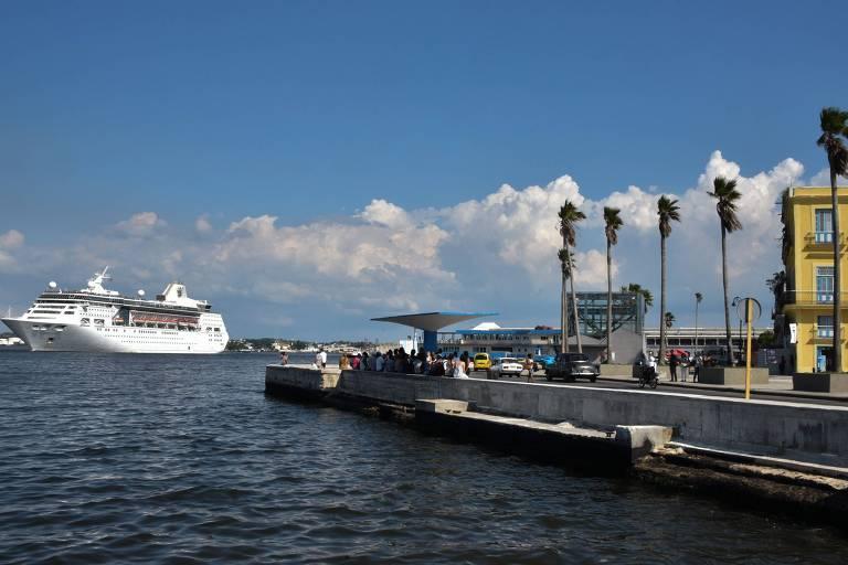 Cruzeiro próximo a porto cubano, em junho deste ano, antes de Donald Trump anunciar novas medidas restritivas contra o país