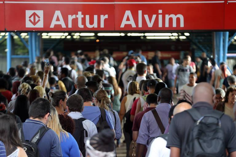 Movimentação de passageiros em frente à estação Artur Alvim do Metrô