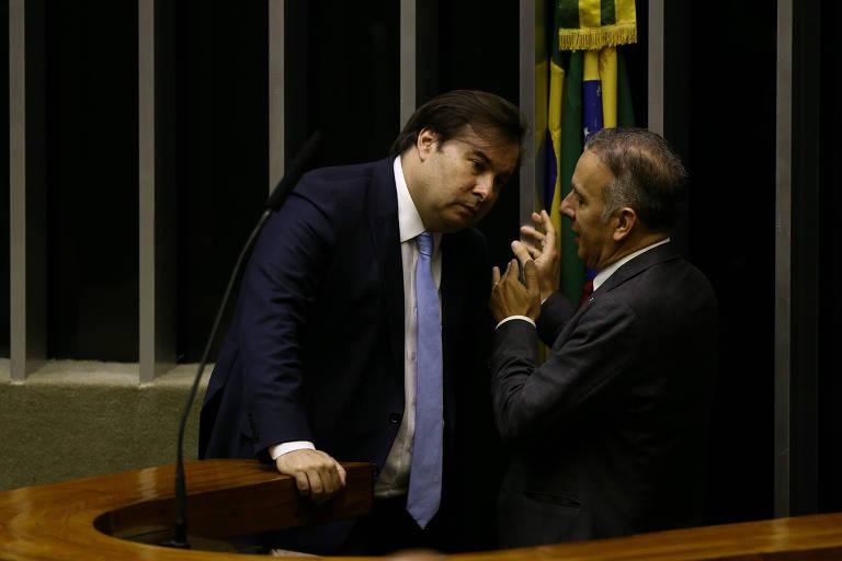 O líder da maioria, deputado Aguinaldo Ribeiro (PP-PB) conversa com Rodrigo Maia. Deputados mantiveram exigência de contribuição mínima mensal para Previdência