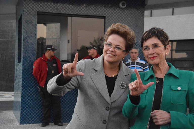 Dilma com a escritora espanhola Pilar del Río na superintendência da PF em Curitiba nesta quinta (11)