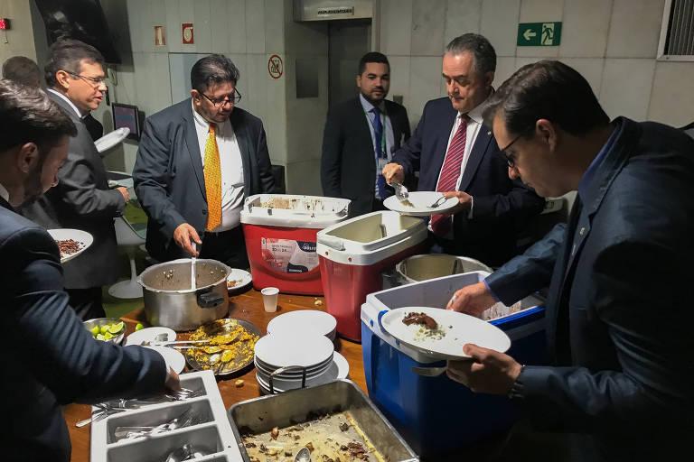 Deputados se servem de feijoada oferecida por Fabio Ramalho (MDB-MG)