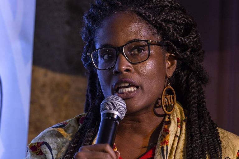 Djamila Ribeiro falando em microfone