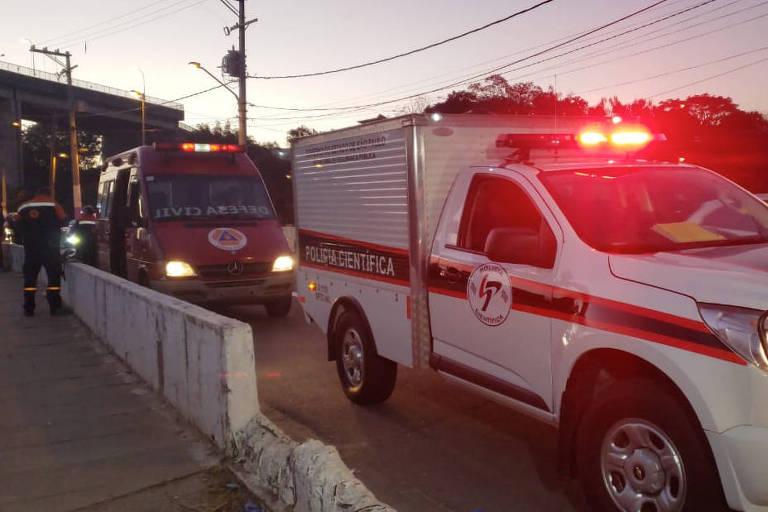 Viatura dos bombeiros após incêndio que matou uma criança de 3 anos na Favela da Paz