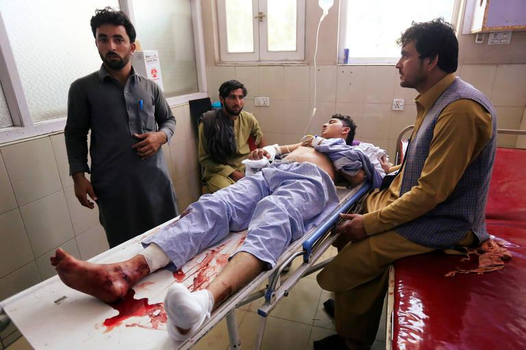 Homem ferido é atendido em hospital após ataque suicida em Jalalabad, no Afeganistão