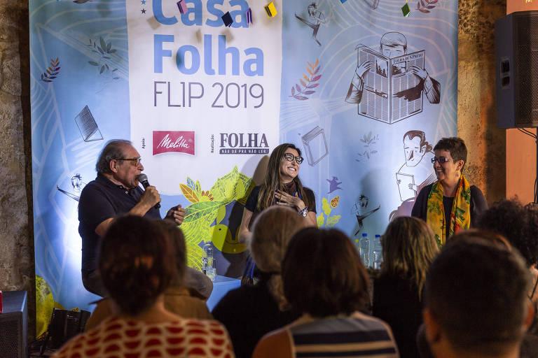 """Mesa """"Um Dedo de Prosa"""" com Heloísa Seixas e Ruy Castro, e mediação de Patrícia Campos Mello, na Casa Folha"""