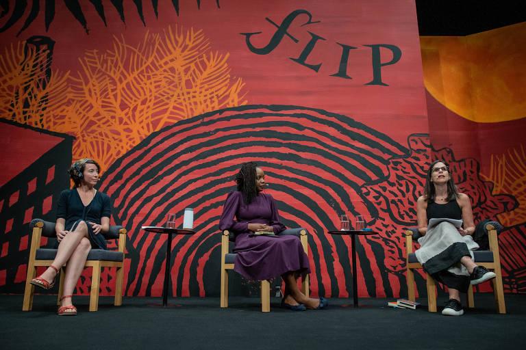 As escritoras Ayelet Gundar-Goshen e Ayobami Adebayo, durante a mesa 9 - Angico, como parte da Flip 2019, em Paraty, no estado do Rio de Janeiro