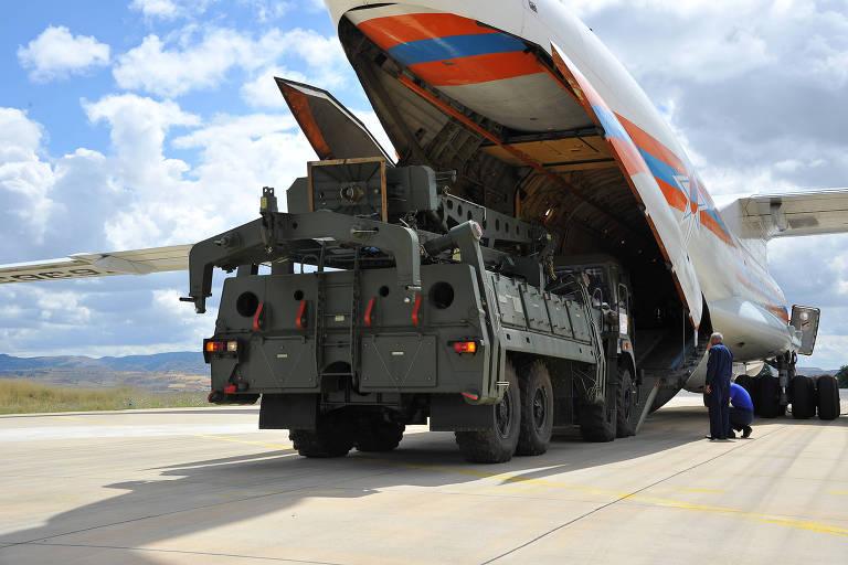 Veículo do sistema antiaéreo S-400 é desembarcado de avião russo na base turca de Murted