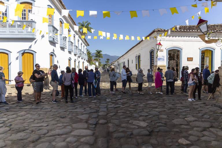 """Público faz fila para a mesa """"Um Dedo de Prosa"""" com Heloísa Seixas e Ruy Castro na Casa Folha"""