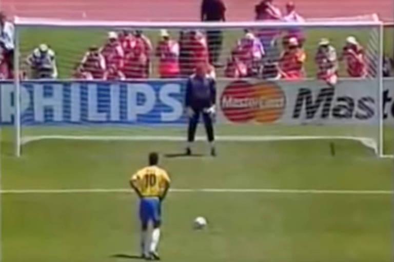 Raí, da seleção brasileira, se concentra para cobrar um pênalti no jogo de estreia do Brasil na Copa de 1994.