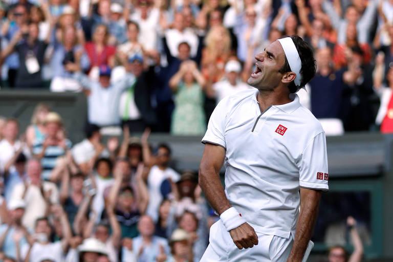 Roger Federer comemora após vencer Rafael Nadal na semifinal de Wimbledon