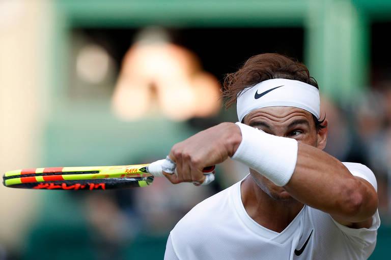 Rafael Nadal durante a partida contra Federer na semifinal de Wimbledon