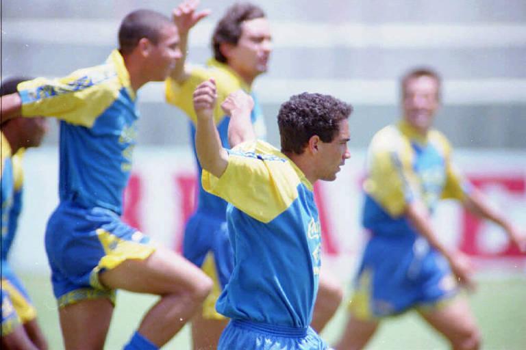 O meia Zinho participa de trabalho recreativo na véspera da final da Copa do Mundo com o atacante Ronaldo e o lateral Branco (ao fundo)