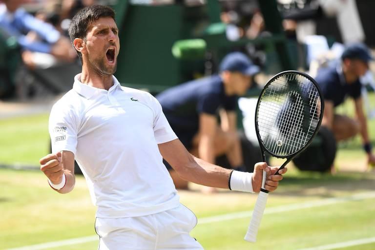 Novak Djokovic comemora após vencer o espanhol Roberto Bautista Agut na semifinal de Wimbledon