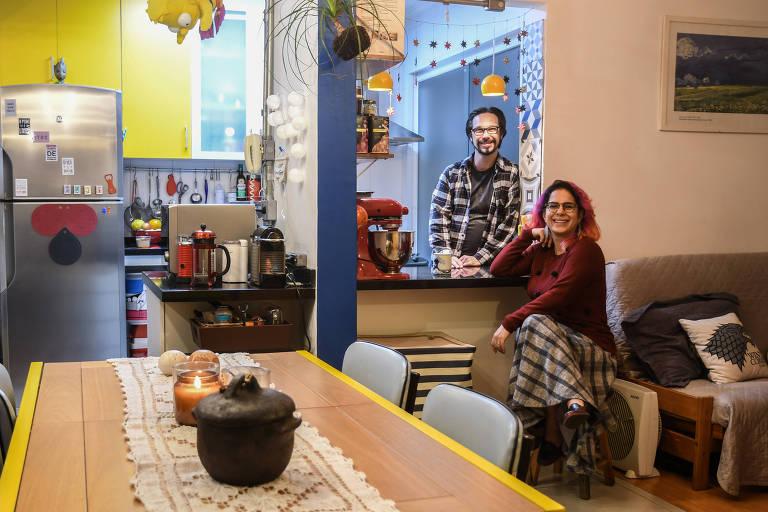 Estela Stolar e Joelmir Baumgratz, em seu apartamento na zona sul de SP