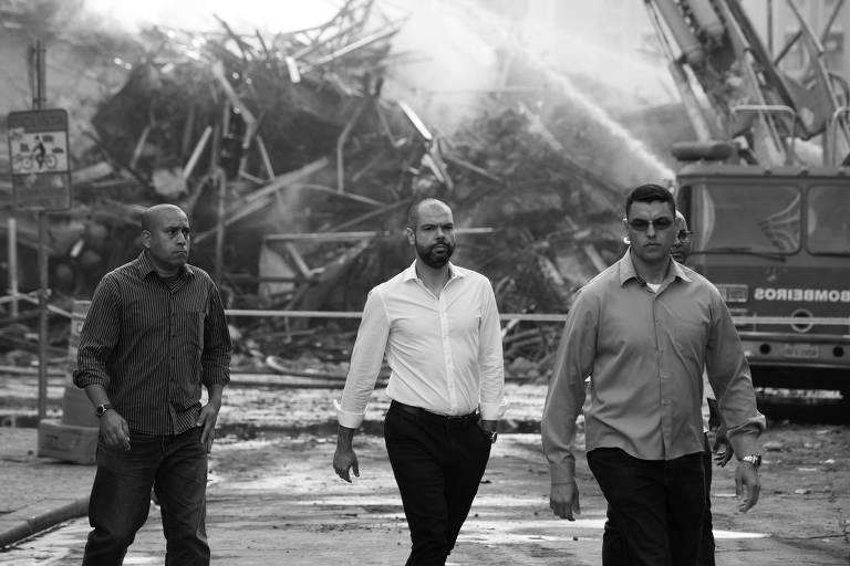 O prefeito Bruno Covas (ao centro) visita local onde um incêndio fez desabar a antiga sede da Policia Federal, no largo do Paisandu, em São Paulo