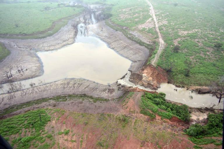 Falha em barragem faz 350 famílias serem retiradas de casa na Bahia